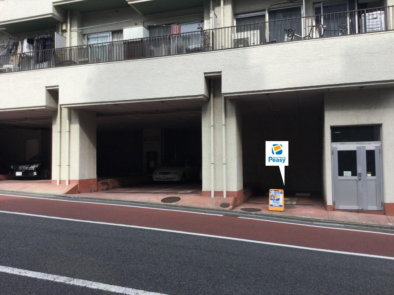 通りを左折し駐車場敷地内に入る。