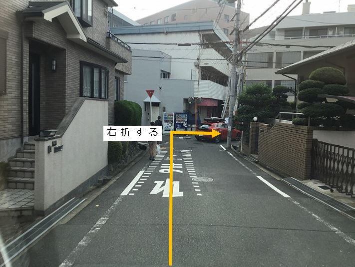 通りを直進し3つ目の角を右折します。
