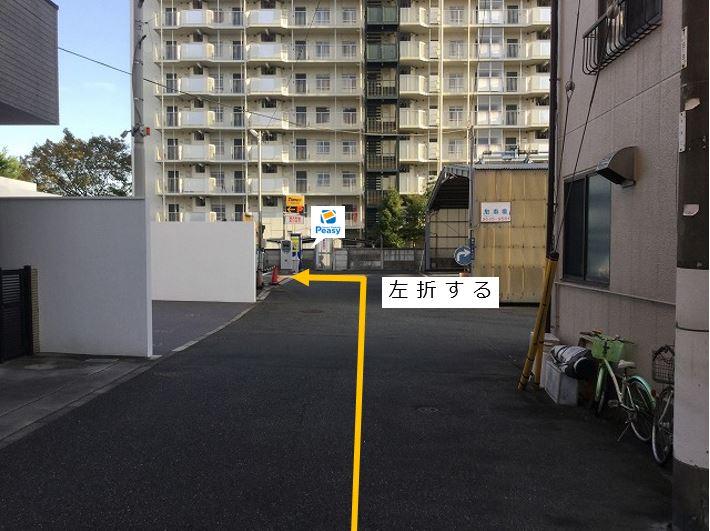 通りを左折し駐車場敷地内に入ります。前面道路一方通行の為右折入庫の経路はありません。