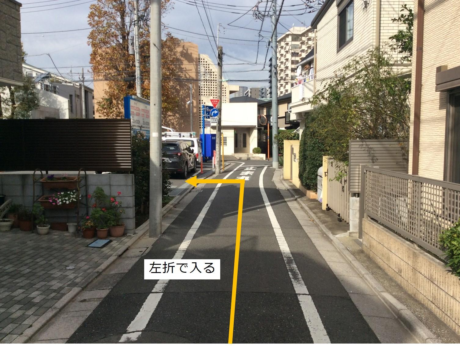 入庫経路①左折して駐車場敷地に入ります。一方通行道路の為、この道路から右折進入は出来ません。