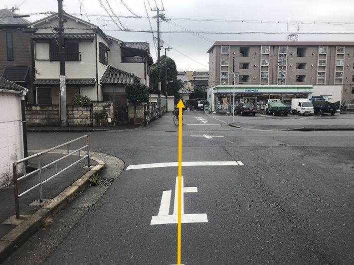十字路を直進します。
