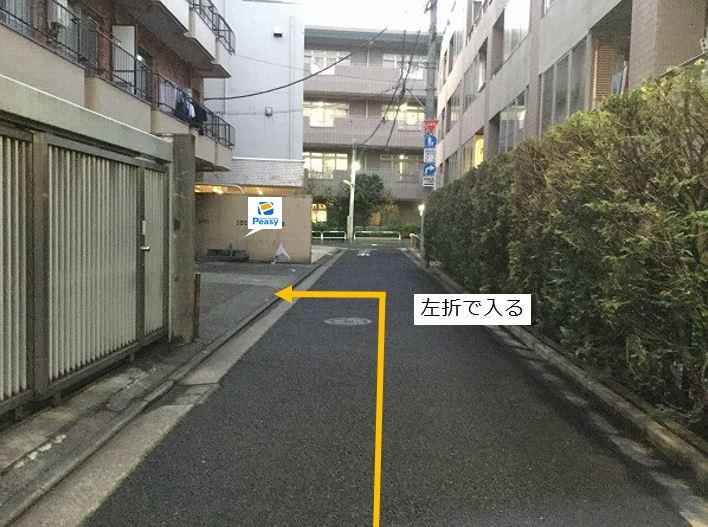 駐車場全景です。駐車場に向かって左側が1番車室、右側が2番車室です。