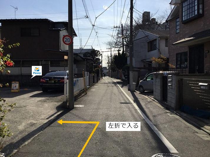 通りを左折し駐車場敷地内に入る。前面道路が一方通行の為、右折からの入庫はできません。