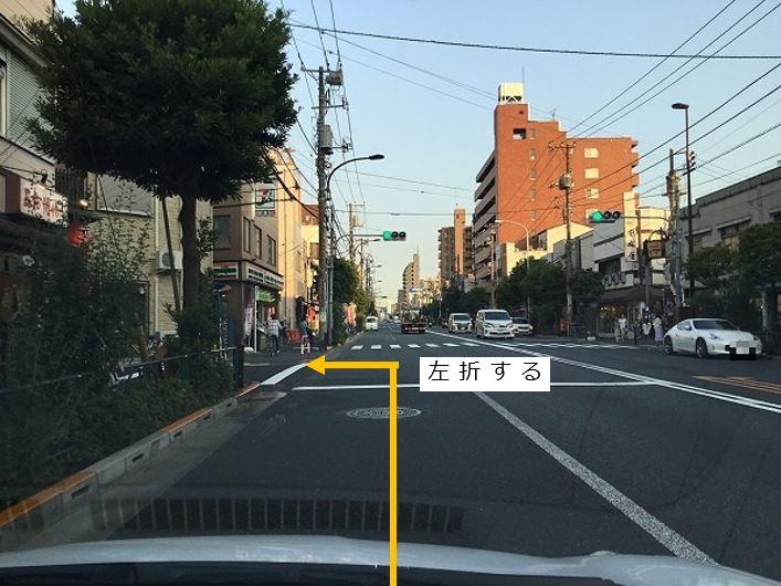 大通りを左折し駐車場前面道路に入ります。