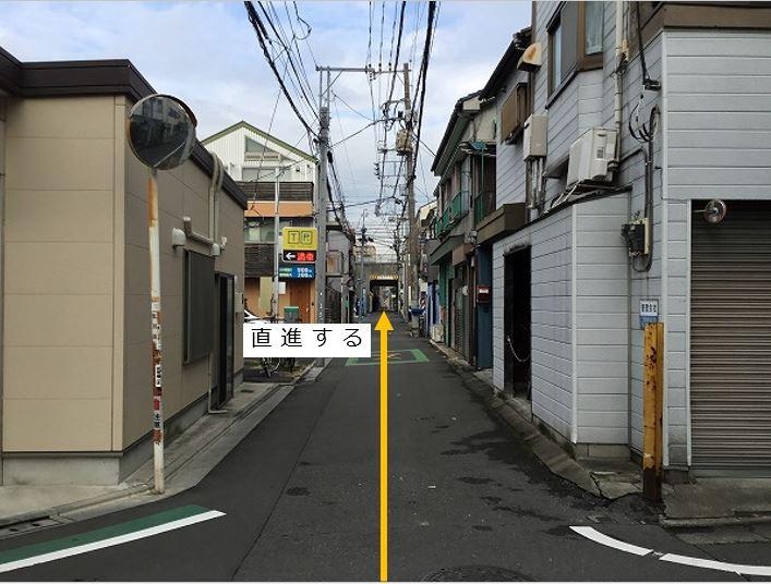 トンネル手前まで通りを直進します。