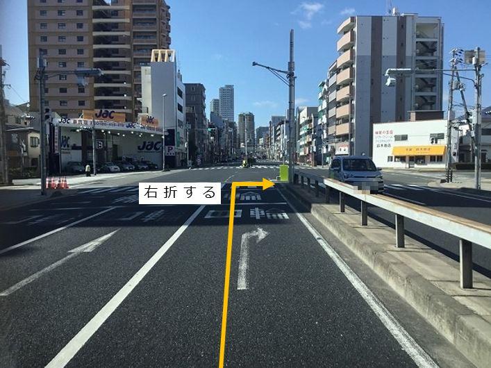 交差点を右折します。