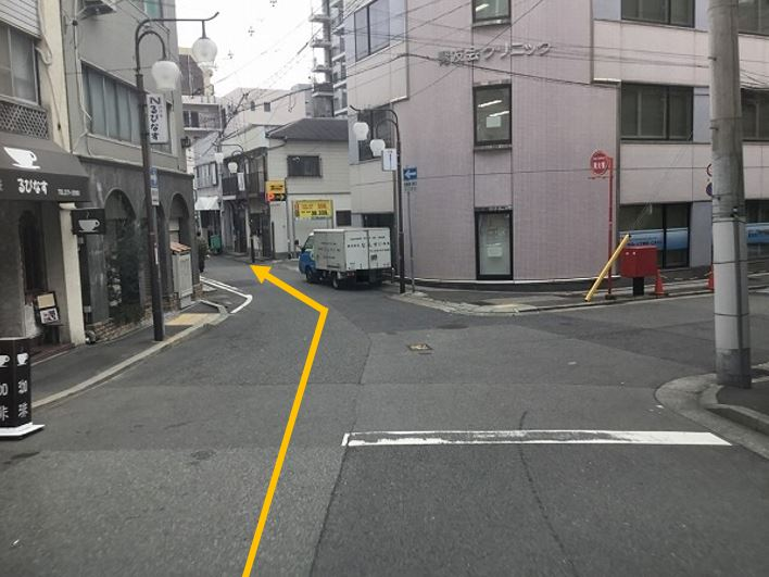 前面道路に入っていきます。
