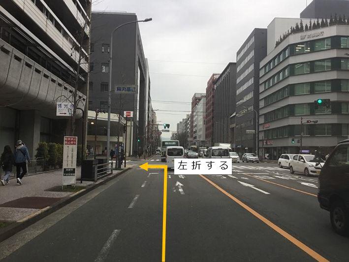 交差点を左折します。