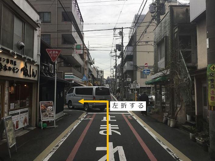 通りを左折します。前面道路が一方通行の為、右折からの入庫はできません。
