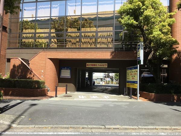 大通りを直進します。