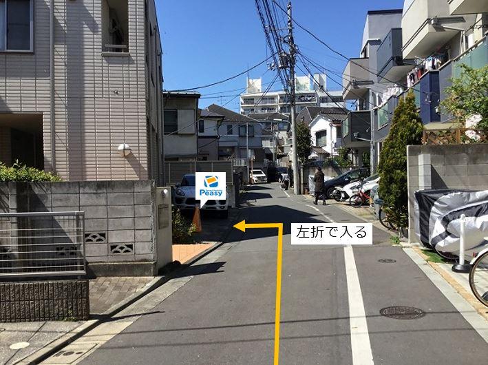 通りを左折し駐車場敷地内に入ります。周辺道路に車両通行禁止の時間帯がある為、ご利用時はご注意下さい。(土日祝を除く7:30~8:30)