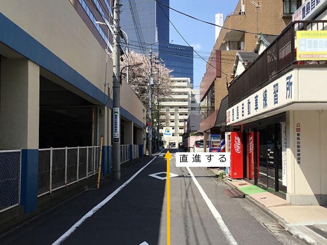 通りを直進します。左手側に駐車場がございます。