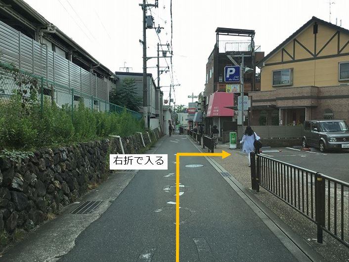 通りを右折し駐車場敷地内に入ります。前面道路が一方通行の為、左折入庫はできません。