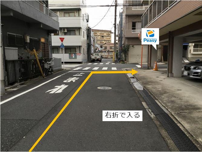 通りを右折し駐車場敷地内に入ります。