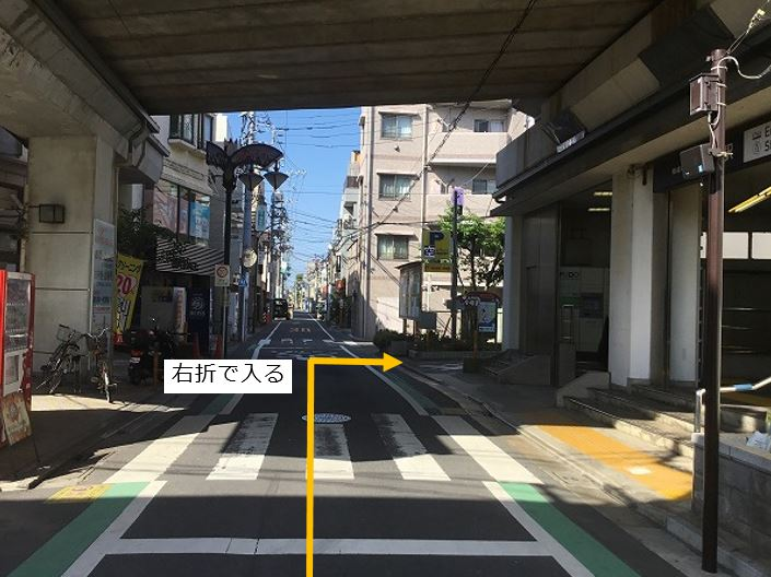 通りを右折し駐車場敷地内に入ります。前面道路が一方通行の為、左折からの入庫は出来ません。