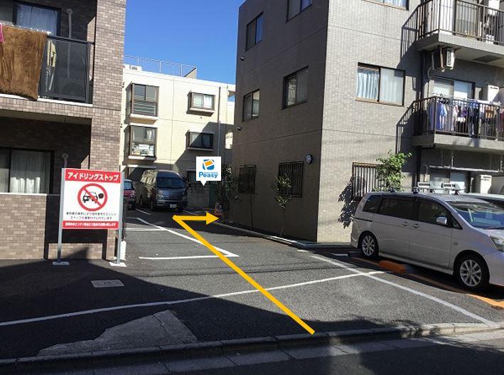 駐車場景観です。前面道路が通行禁止の時間帯がある為、ご利用時はご注意ください。(平日7:30~9:00)