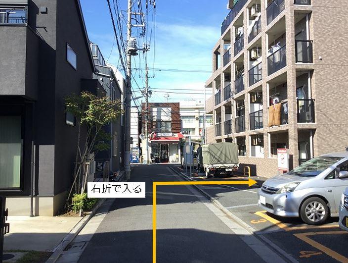 通りを右折し駐車場敷地内へ進んでいきます。