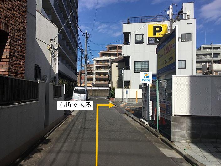 通りを右折し駐車場敷地内に入ります。前面道路が一方通行の為、左折からの入庫はできません。