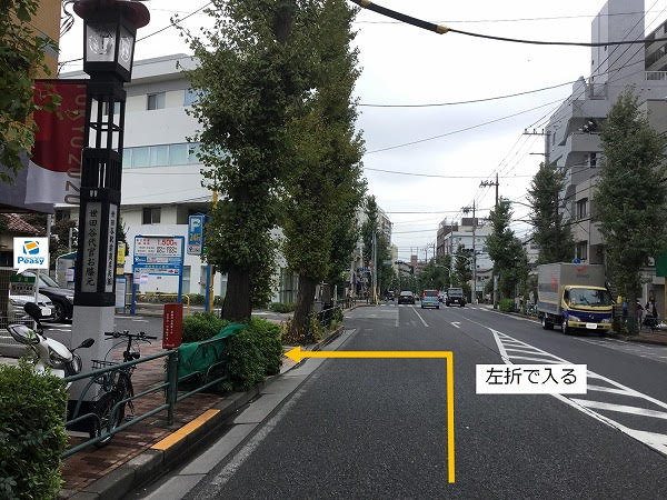 大通りを左折し駐車場敷地内に入ります。右折での進入も可能ですが大通り沿いの駐車場な為、左折入庫での進入をお願い致します。