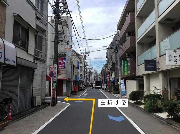 通りを左折し駐車場前面道路に入ります。