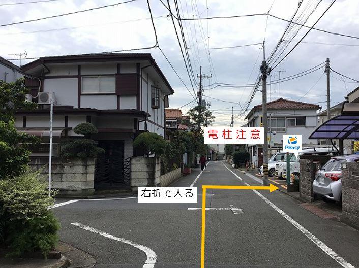 通りを右折し駐車場敷地内に入ります。前面道路が一方通行になる為、左折からの進入はできません。車室前方に電柱がありますのでご注意下さい。