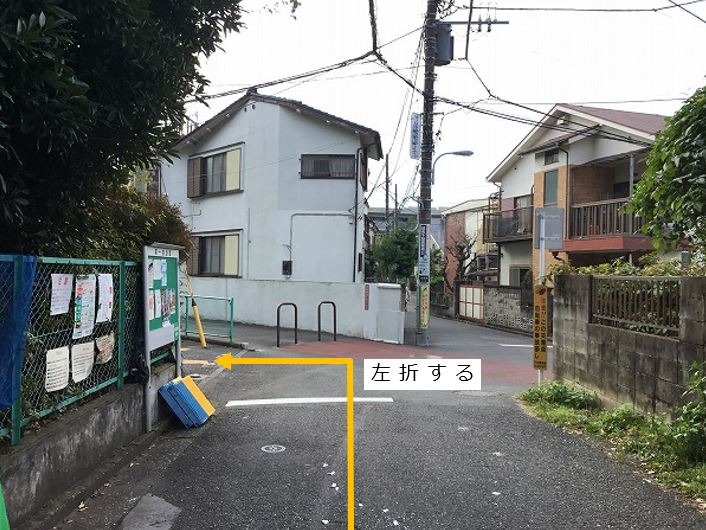 通りを左折し、駐車場前面道路に入ります。