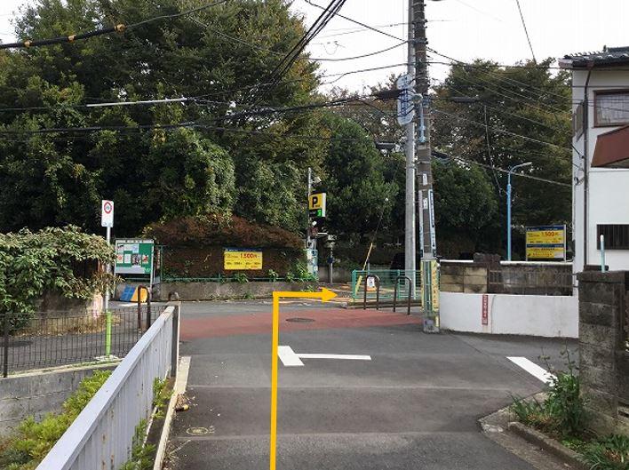 通りを右折し駐車場前面道路に入ります。