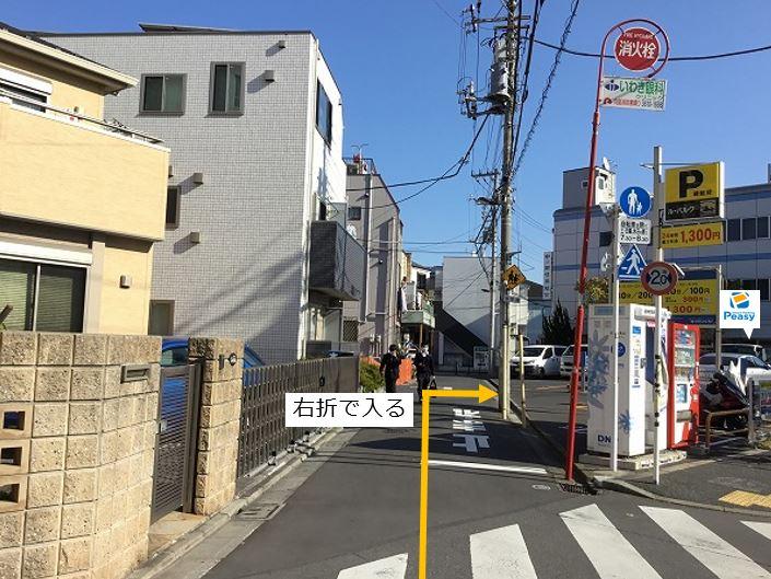 通りを右折し駐車場敷地内に入ります。前面道路が一方通行になる為、左折からの進入はできません。
