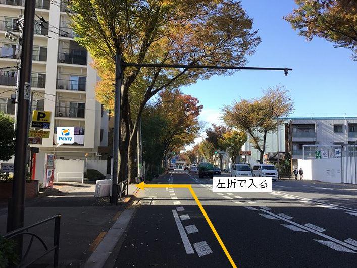 通りを左折し駐車場敷地内に入ります。右折での進入も可能ですが、大通り沿いの駐車場の為左折入庫での進入をお願い致します。