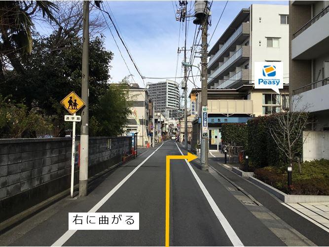 一方通行道路より松坂医院手前を曲がります。