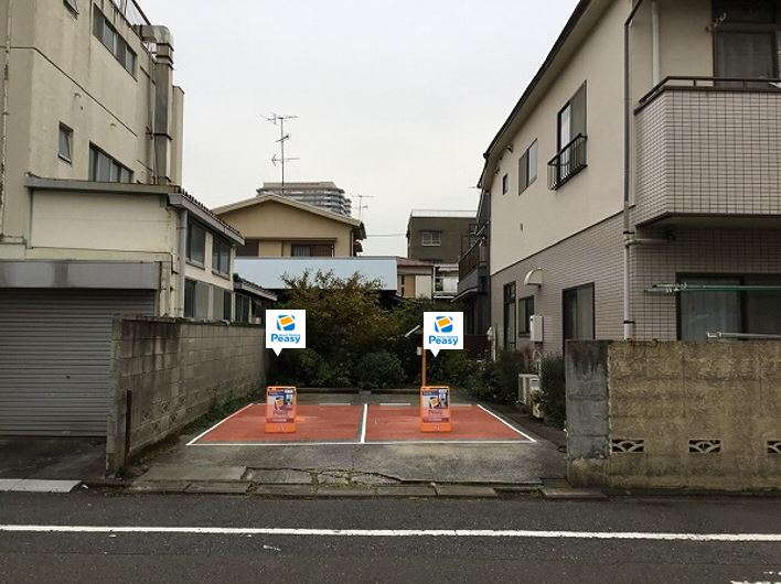 駐車場全景です。向かって左側が1番車室、右側が2番車室です。