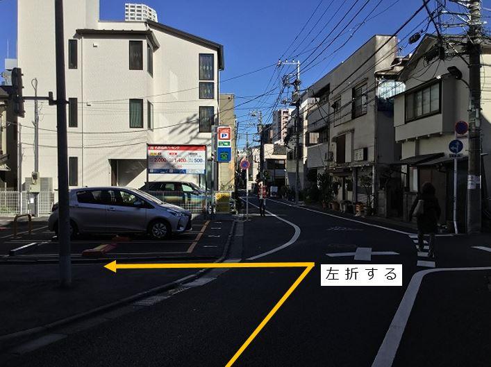 通りを左折してすぐ、右手側に6番車室がございます。