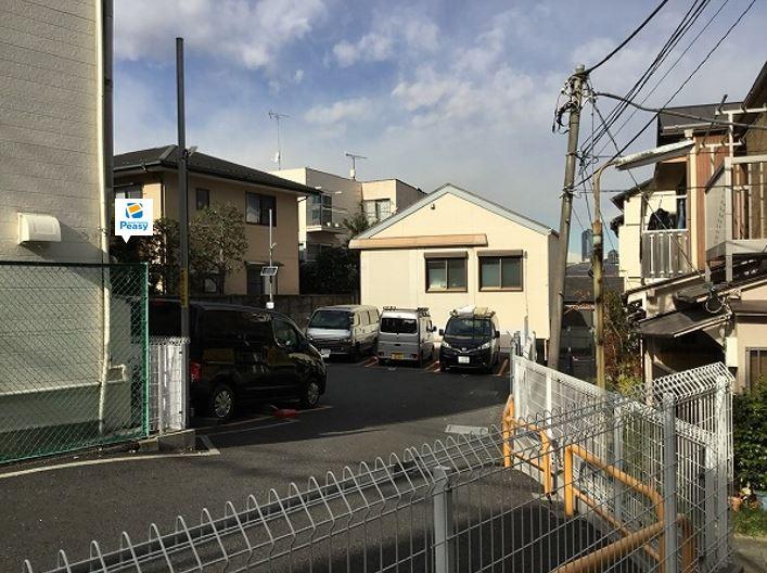 駐車場左奥、4番車室が駐車車室となります。