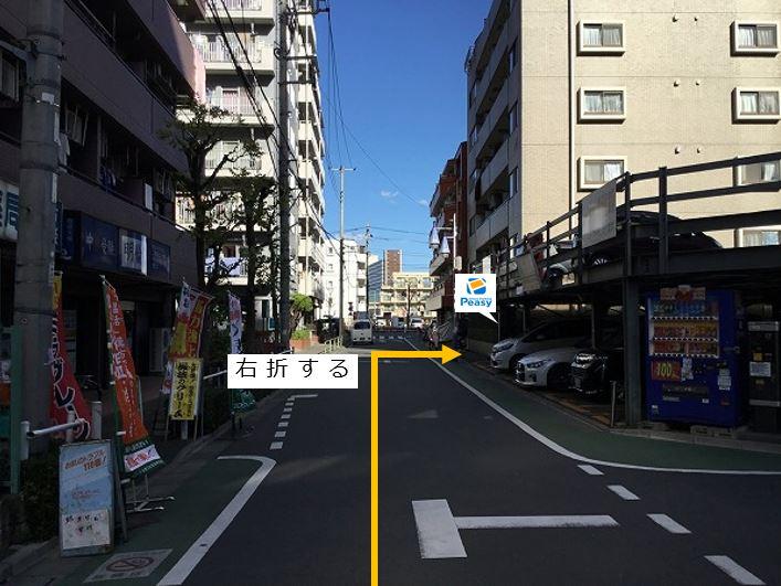 通りを右折し駐車場敷地内に入ります。前面道路が一方通行の為、左折からの進入はできません。