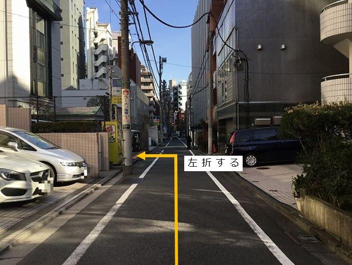 通りを左折し駐車場敷地内に入ります。前面道路が一方通行の為、右折からの入庫は出来ません。