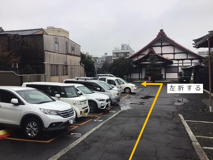 駐車場奥、16番車室が駐車車室となります。