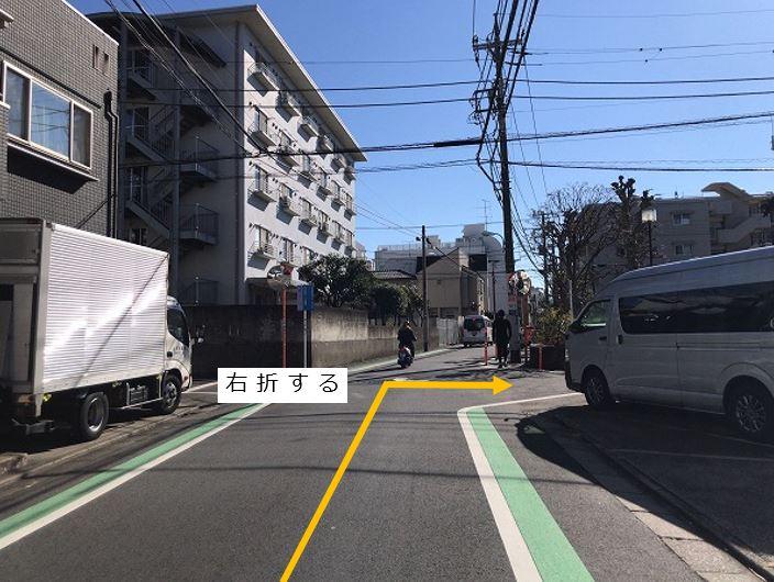 通りを右折します。