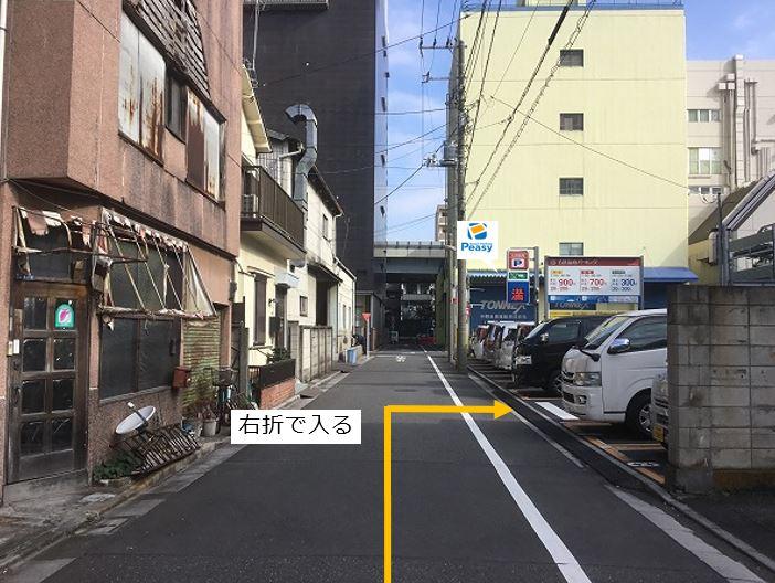 通りを右折し駐車場敷地内に入ります。前面道路が一方通行となる為、左折からの進入はできません。
