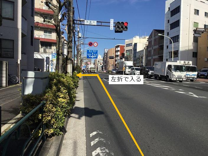 通りを左折し駐車場敷地内に入ります。前面道路が大通りの為左折入庫でお願いします。