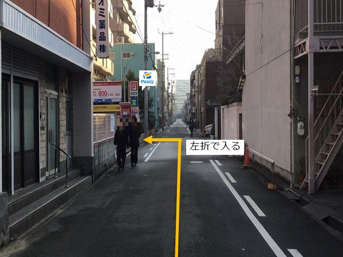 通りを左折し駐車場敷地内に入ります。前面道路が一方通行の為、右折からの入庫はできません。