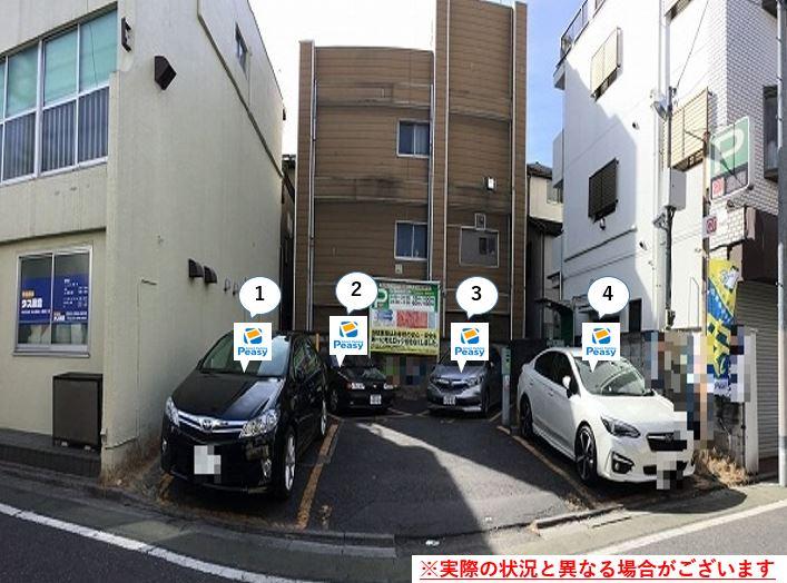 通りを左折し駐車場敷地内に入ります。前面道路が一方通行の為、右折からの進入はできません。
