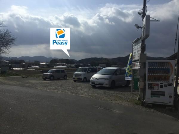 橋を渡り左折すると駐車場です。