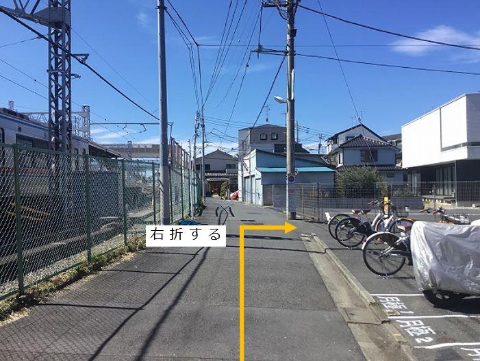 通りを右折します。前面道路が一方通行です。
