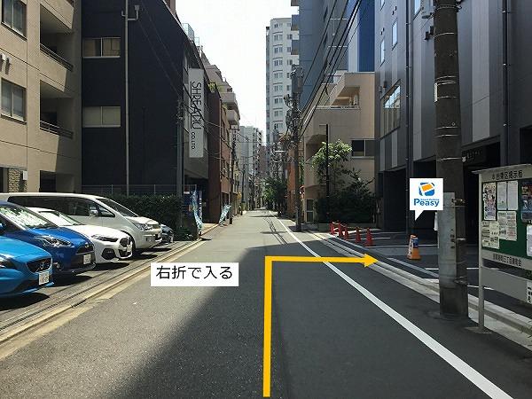 通りを右折して駐車場前面道路に入ります。